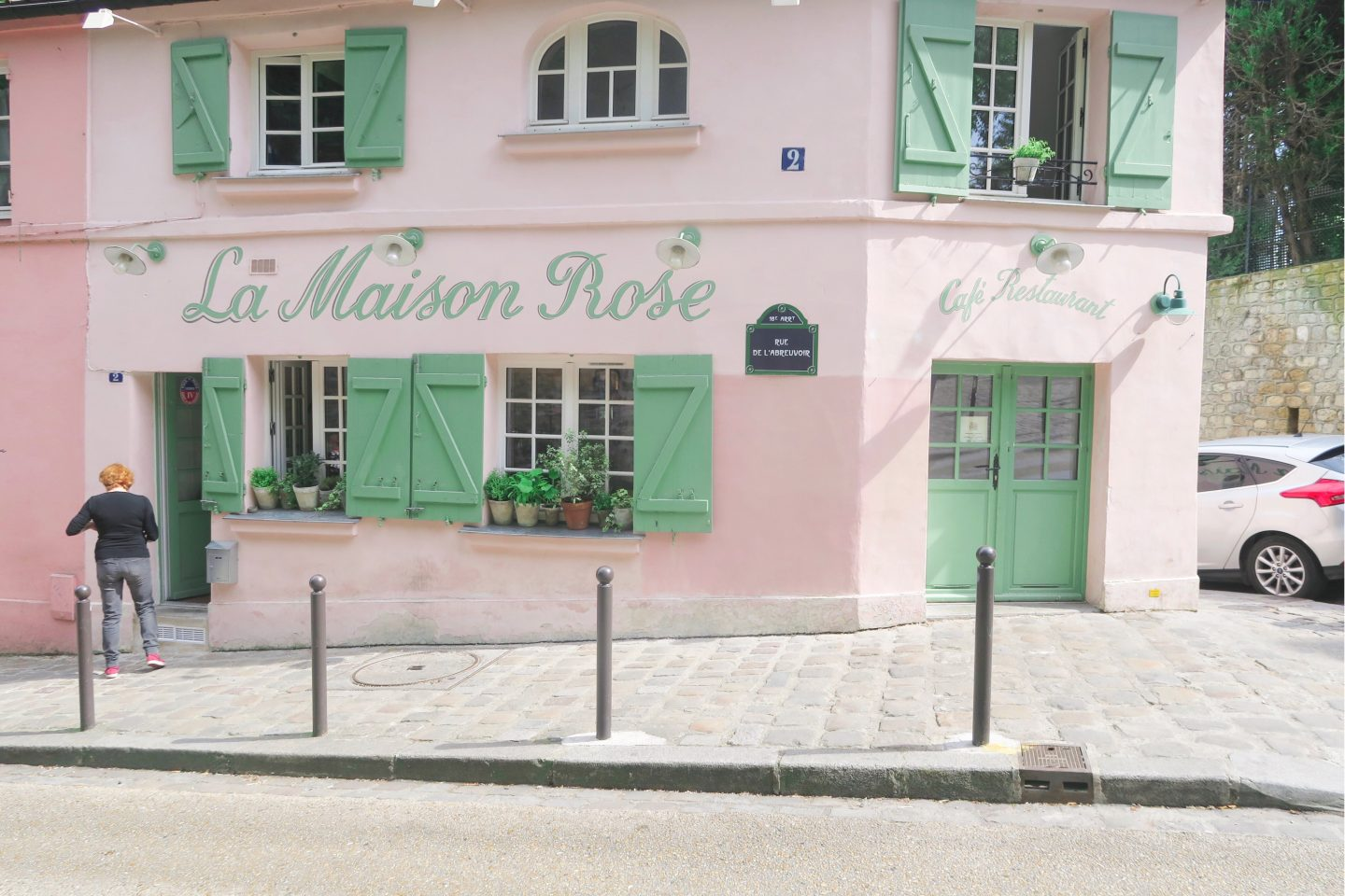La Maison Rose, a little pink cafe A row of Parisian houses on Monmarte in day trip to Paris on a budget on francescasophia.co.uk